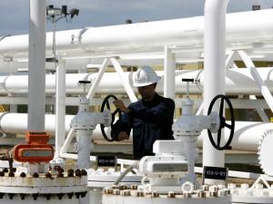 Un employé d'Enbridge à un terminal pétrolier en Alberta.