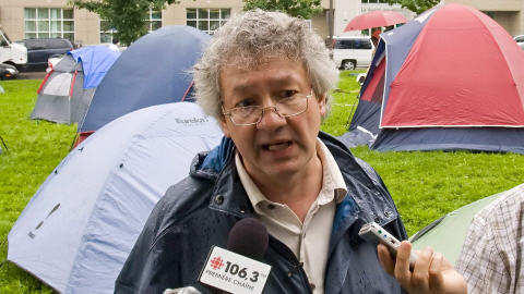 François Saillant lors d'une manifestation de sans-abri à Québec en juin 2008.