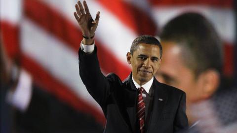 Barack Obama salue la foule après son discours, à Grant Park, à Chicago.