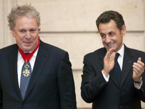 Jean Charest a reçu l'insigne et le grade de Commandeur dans l'Ordre de la Légion d'honneur.
