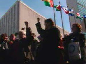 Des Canadiennes manifestent devant le siège des Nations unies, à New York.