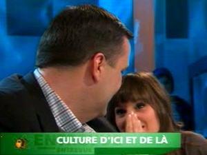 La chanteuse Stéphanie Lapointe souffle une réponse à l'oreille du ministre Moore.