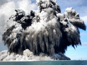 Éruption d'un volcan sous la mer au large des îles Tonga