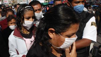 Des Mexicains se présentent avec un masque à l'Hôpital général de Mexico.