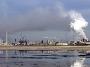 Des installations pétrolières à Fort McMurray, en Alberta.