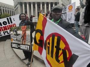 Des Ogonis manifestaient devant un tribunal new-yorkais le 27 mai dernier.
