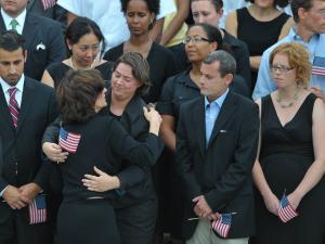 Victoria Kennedy (de dos), épouse du défunt, reçoit un peu de réconfort devant le Congrès, où le cortège funèbre a fait halte avant de se rendre au cimetière.