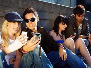 Des adolescents et leurs téléphones