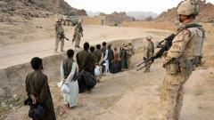 Une dizaine de prisonniers afghans sont escortés par des soldats canadiens le 8 mai 2006.