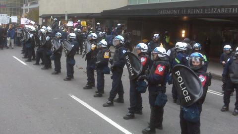 Des policiers mobilisés devant l'hôtel Reine Elizabeth
