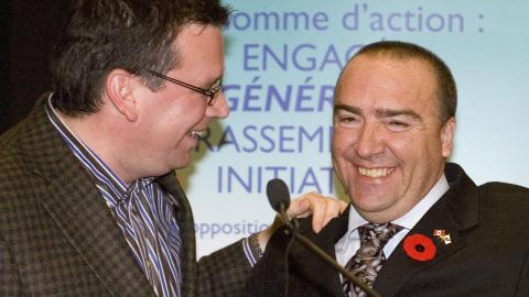 Le ministre conservateur Christian Paradis (gauche) félicite Bernard Généreux.