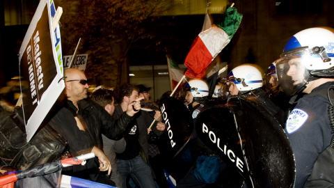Manifestation durant le passage du prince Charles chez les Black Watch.