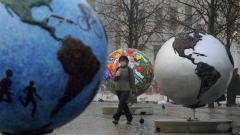 Une Danoise circule au milieu d'une exposition extérieure intitulée Globes froids.