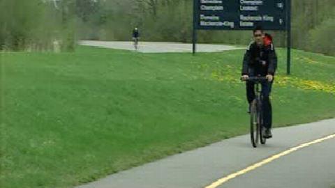 Un cycliste sur une piste cyclable