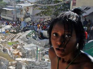 Une Haïtienne parmi les décombres