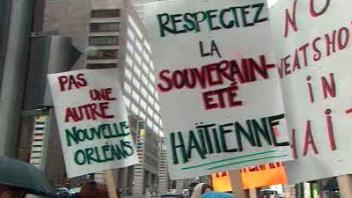 Quelques personnes ont manifesté devant l'immeuble où se tient la conférence.
