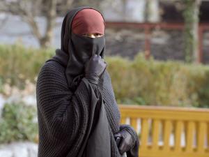 Une femme portant le niqab dans une rue de Lyon, en France, le 25 janvier 2010.