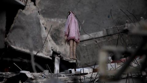 Une poupée de chiffon est suspendue à des débris d'un immeuble de Port-au-Prince.