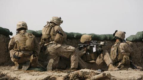 Des Marines se préparent à affronter des talibans dans le nord-est de Marjah, dans la province de Helmand.