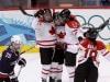 Marie-Philip Poulin célèbre le deuxième but du Canada dans la finale olympique contre les États-Unis.