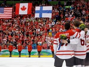 Sidney Crosby et ses coéquipiers écoutent l'hymne national après leur conquête de l'or.