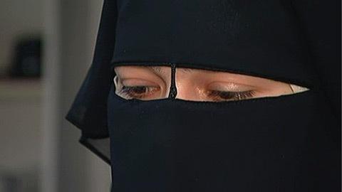Naïma, l'étudiante d'origine égyptienne qui a été exclue d'un cours de francisation au cégep Saint-Laurent parce qu'elle refusait d'enlever son voile intégral accorde une entrevue à l'émission 24 heures en 60 minutes.