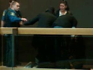 Des proches de Vivian Villanueva tentent de la consoler, tandis que des constables veulent mettre de l'ordre.