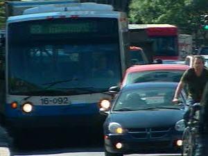 «Un bus électrique, ça existe et ça va bien. L'enjeu, c'est la pile!», dit le chef d'exploitation de la STM, Carl Desrosiers.