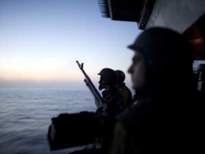 Des soldats israéliens surveillent la mer après l'interception d'un navire de la flottille humanitaire, le 31 mai 2010.