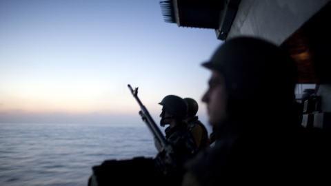 Des soldats israéliens surveillent la mer après l'interception d'un navire de la flottille humanitaire, le 30 mai 2010.