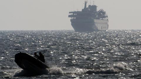 Un hors-bord escorte le Mavi Marmara, peu après son interception, le 31 mai