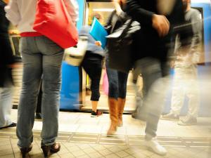 Des passagers entrent dans un métro