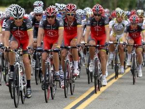 Lance Armstrong roule devant ses coéquipiers de RadioShack