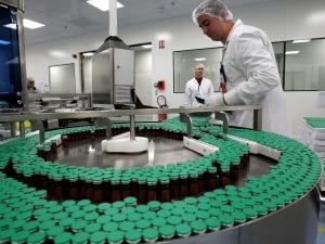 Un employé de Sanofi-Pasteur surveille la production de vacccins destinés à la population française.