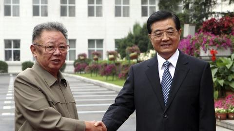 Le président nord-coréen Kim Jong-il serre la main du président chinois Hu Jintao à Changchun, dans le nord-est de la province de Jilin, en Chine, le 27 août 2010.