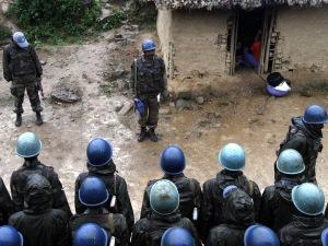 Des casques bleus indiens de la MONUSCO mènent un exercice à Luvungi, dans l'est de la République démocratique du Congo, le 4 septembre 2010