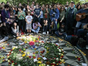 Des gens sont réunis autour de la mosaïque Imagine, dans Strawberry Fields, à Central Park, New York, le 9 octobre 2010.