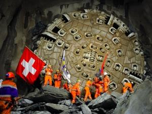 Les mineurs célèbrent, drapeau au poing, le percement du plus long tunnel ferroviaire au monde.