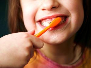 Une fillette se brosse les dents