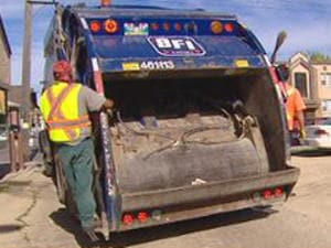 Un camion à ordures de la compagnie BFI.