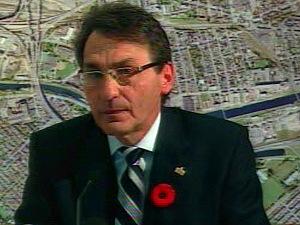 Québec annonce son plan pour refaire l'échangeur Turcot; le maire de Montréal affirme qu'il s'agit d'un bon compromis. Richard Bergeron critique.