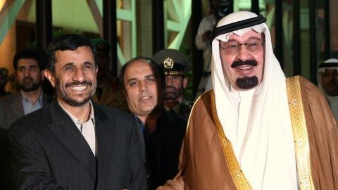 Le président iranien, Mahmoud Ahmadinejad, sert la main du roi saoudien Abdallah le 17 novembre 2007.