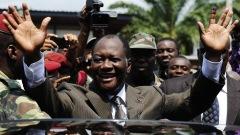 Alassane Ouattara, saluant ses partisans après être allé voter au deuxième tour de la présidentielle, le 28 novembre.