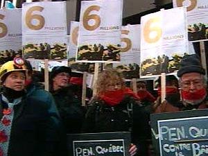 Une trentaine de manifestants ont protesté devant le palais de justice.