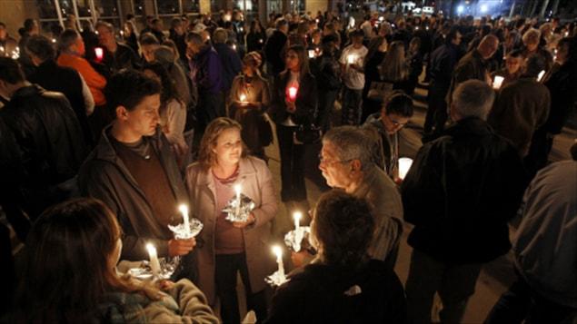 Des centaines de personnes sont rassemblées au Capitole de l'Arizona pour se recueillir.