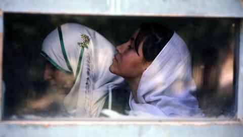 Deux filles suivent des cours dans une école de Kaboul en septembre 2010.