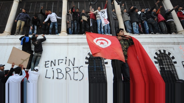 Des manifestants venus de Sidi Bouzid scandent des slogans près du siège du gouvernement.