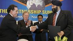Baljit Chadha (à droite), lors d'une mission en Inde avec Jean Charest.