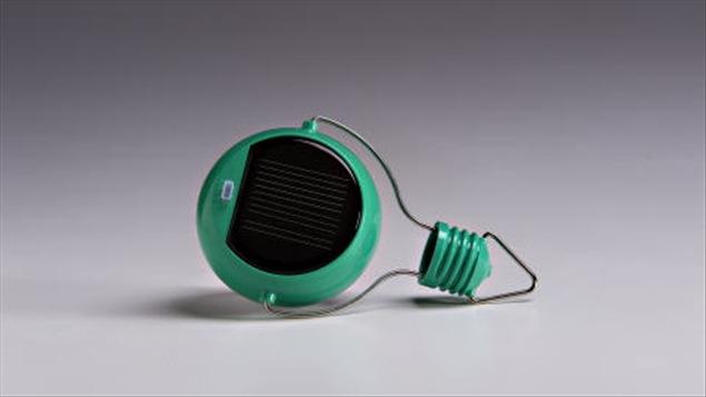 arriv e de l 39 ampoule solaire ici radio. Black Bedroom Furniture Sets. Home Design Ideas
