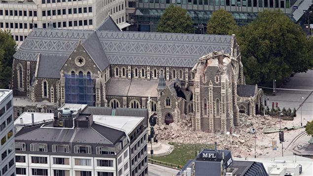 Le tremblement de terre a détruit le clocher d'une église.